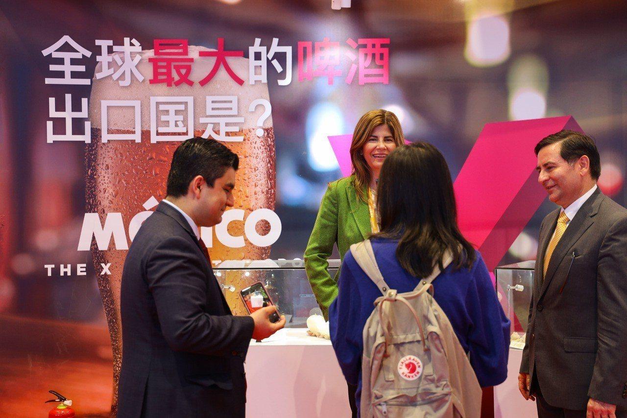 中國國家主席習近平5日在上海和出席首屆中國國際進口博覽會的外國領導人共同巡館。 ...
