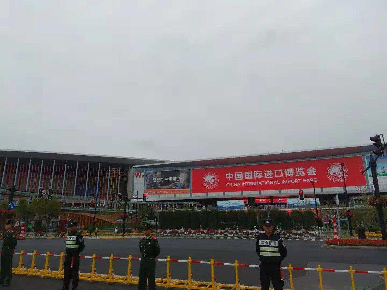 首屆中國國際進口博覽會5日在上海開幕,整個上海戒備森嚴,規格比照每年北京兩會及2...