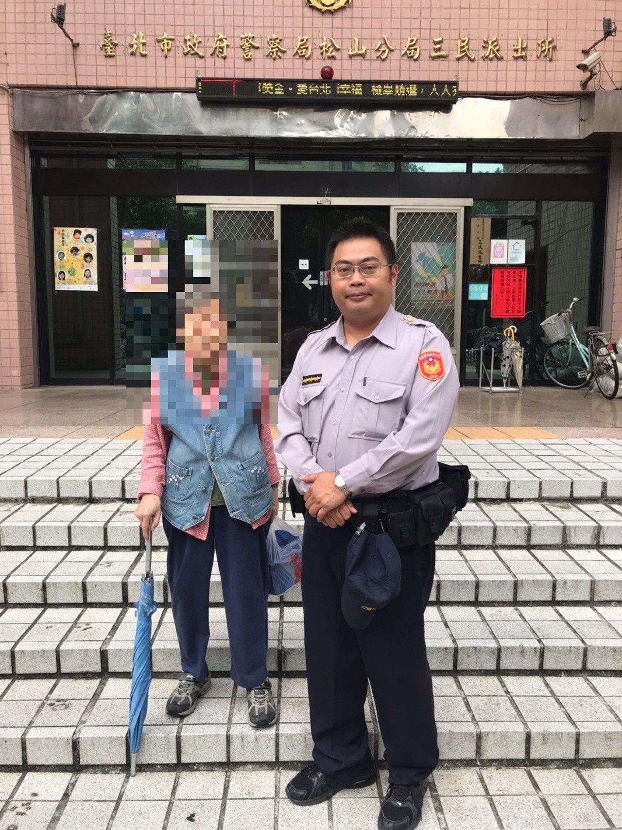 台北市一名近9旬王姓老婦(左)日前趁家人不注意時外出,被民眾發現茫然呆站路口,帶...
