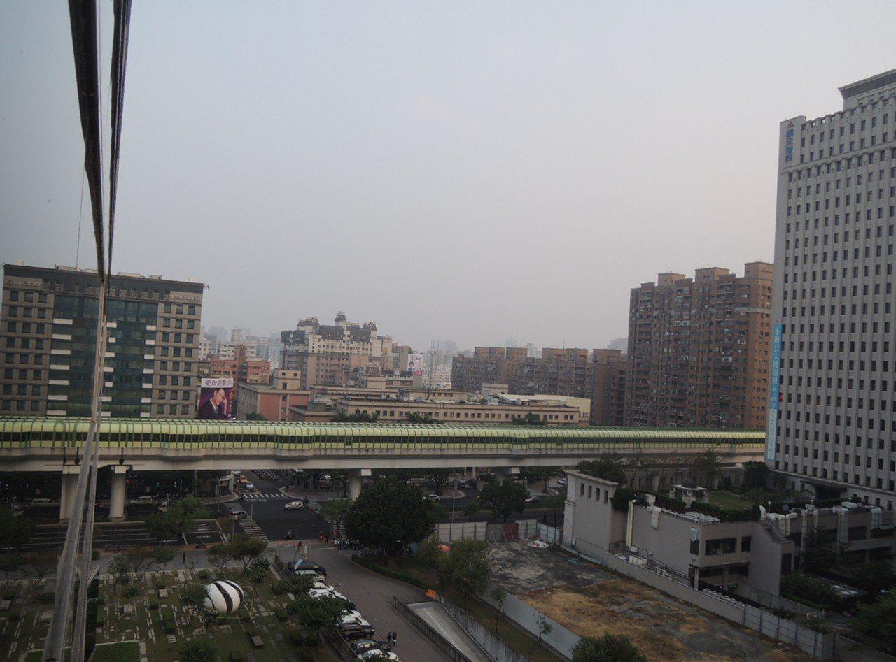 台灣西半部地區6日空氣品質不良,台中市政府表示,下午已進一步啟動預警一級應變,並...