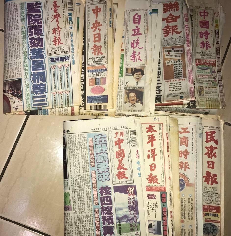 一名爸爸在女兒出生的那一天,跑去把架上的報紙都買了一份,讓她可以了解她出生時的世...