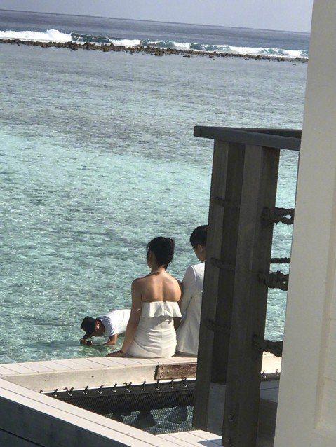 最近,有網友在馬爾地夫偶遇陳曉與陳妍希夫婦,倆人疑似正在拍攝婚紗照。網友們還目睹陳妍希依偎著陳曉肩「撒嬌」拍照,看上去十分甜蜜。照片中,倆人穿著白色系衣服,待在美麗的海景旁拍照。陳妍希穿著抹胸裙,露...