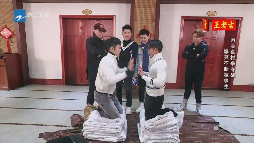 郭富城(右)與韓東君(左)在節目中進行「被子上的推手」比賽。 圖/擷自Youtu...
