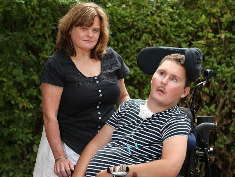 澳洲一名橄欖球員(圖右)8年前因朋友慫恿而「生吞蛞蝓」,導致全身癱瘓,上周他和辛...