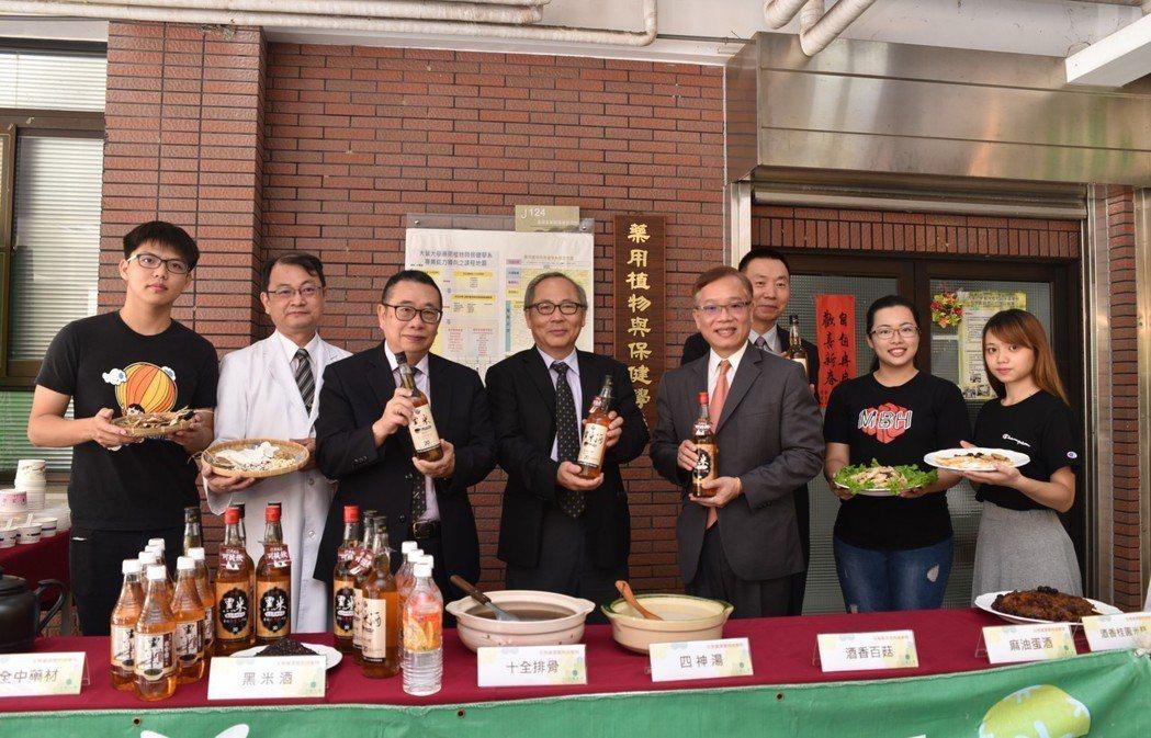 大葉大學生資學院院長張世良(左二)示範黑米酒冬令養生餐。 黃啟銘/攝影。