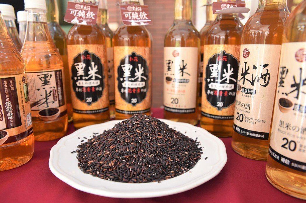 大葉大學與台灣華陀酒業有限公司產學合作的黑米米酒,目前在市面上頗受好評。 黃啟銘...