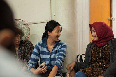 鄭雅嬬(左)在南方澳結交印尼新住民朋友。圖/鄭雅嬬提供