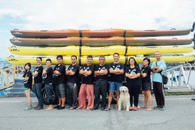 參與海鯖廻家行動時與獨木舟划手一起練習。圖/鄭雅嬬提供
