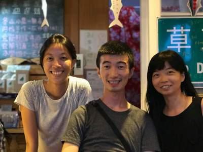 鄭雅嬬(左)與海味夥伴的合照。圖/鄭雅嬬提供