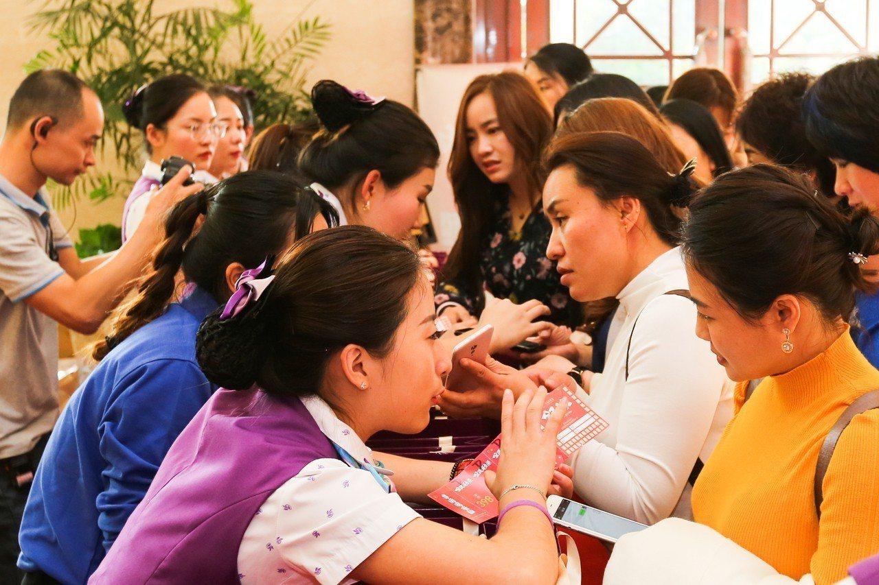 羅麗芬美容集團於10月28、29日舉辦廈門招商會,吸引一千多名打扮時尚的美容業菁...
