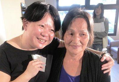 已陪伴田素秀(右)半年的花蓮家庭照顧者關懷協會長照部主任顧康橋(左)說,每次過去...