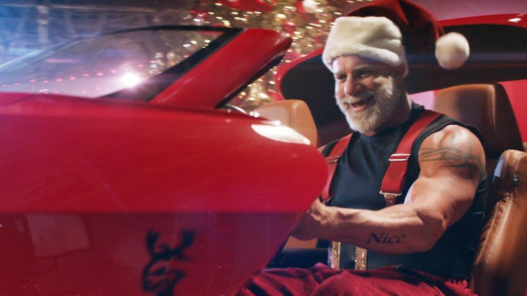 由聖誕肌肉老人駕駛肌肉車雪橇,完全無違和。 摘自Dodge