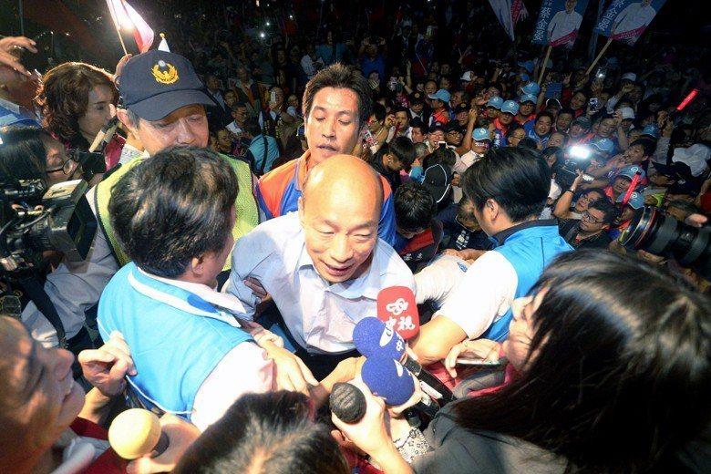 國民黨籍高雄市長候選人韓國瑜接受支持者的夾道歡迎。 圖/聯合報系資料照