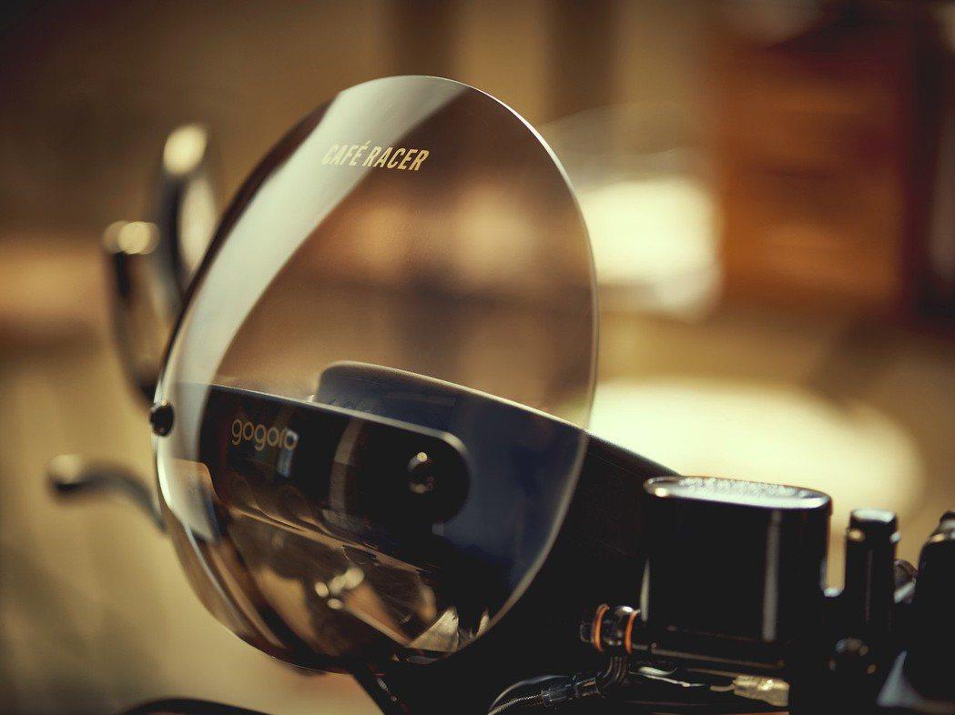 極簡的俐落造型的栗色跑格風鏡與經典端子後照鏡,可有效降低風阻,提供更清晰的視域。 圖/Gogoro提供