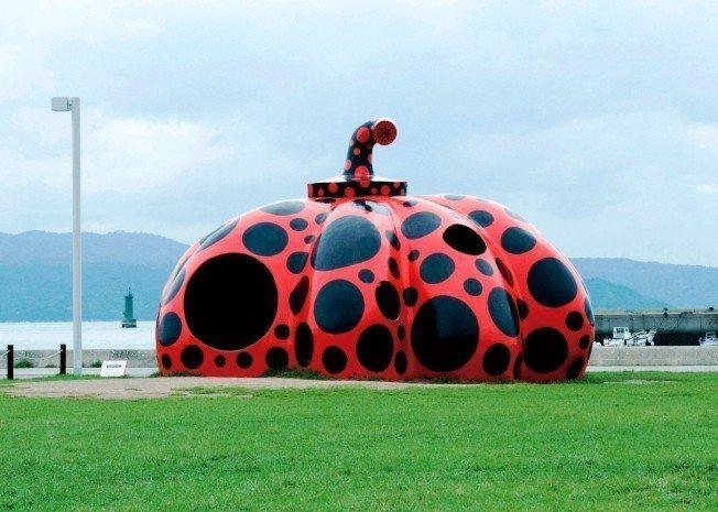 香川縣直島上展出大師「草間彌生」的「紅南瓜」。圖/本報資料照片