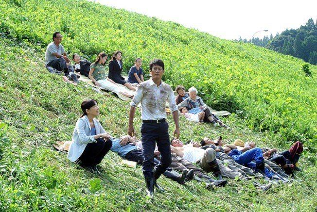 日劇「拿破崙之村」,講述一個公務員如何讓村子整個活絡起來。圖/翻攝豆瓣電影