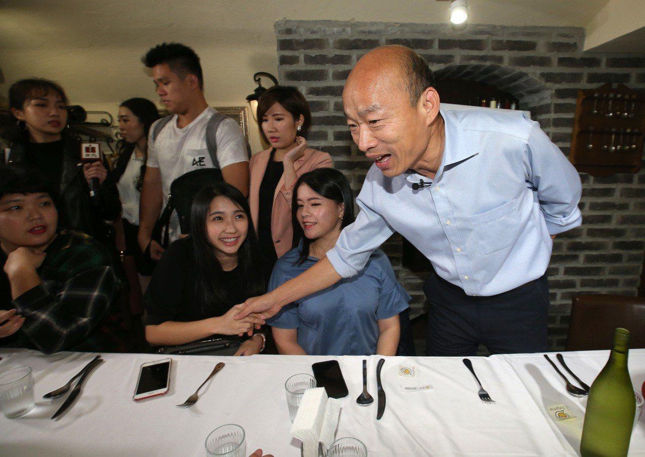 高雄市長候選人韓國瑜(右)在台北市東區與北漂的高雄青年共進晚餐。 圖/聯合報系資...