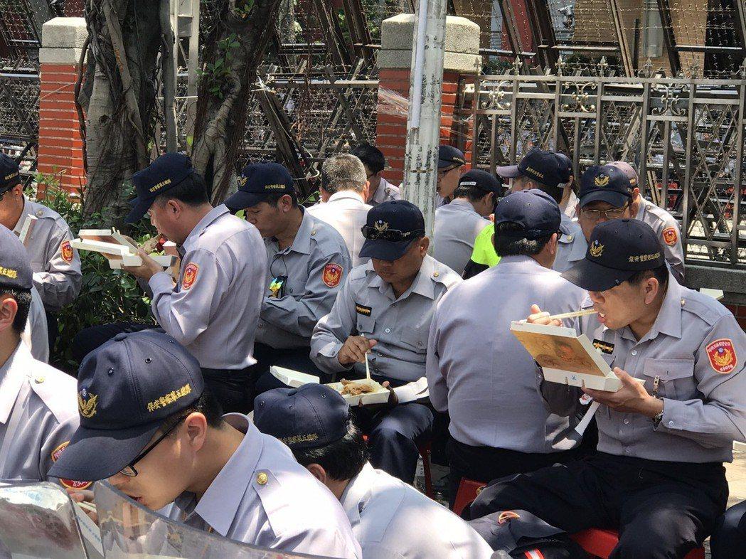 今年警政署估計將有6498名員警因執行勤務無法投票,而國軍因戰備勤務無法投票者近...