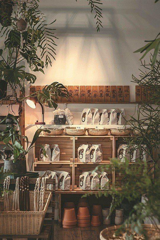 具有園藝背景的明峰,不斷走入山林並研究青草相關知識,店內提供的青草茶、藥浴包,為...