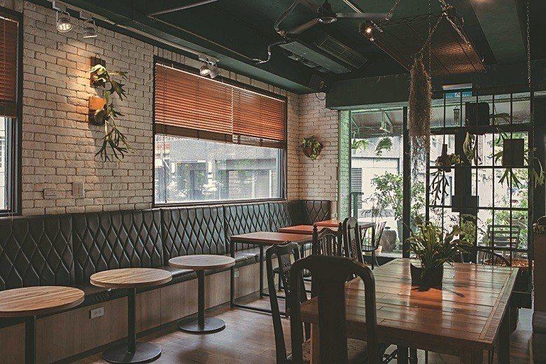 原為日楞咖啡的空間,於10月底悄悄轉為主理人明峰的自然生活實驗場域「野事草店」。...