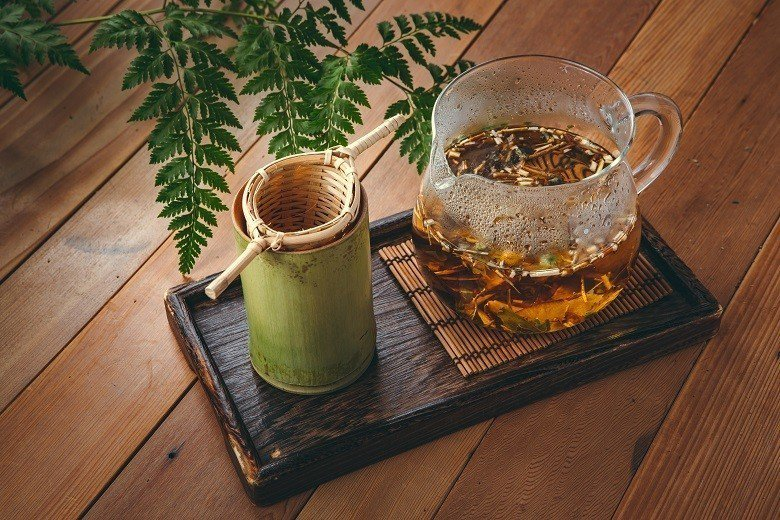「野事草店」的茶具,一部分使用了自然生活道具「綠兔子工作室」的竹杯和來自寮國的濾...
