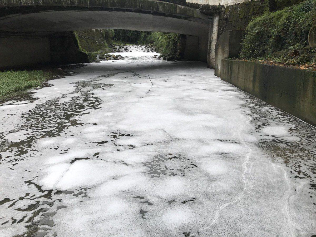 汐止康誥坑溪不但白天有白色泡沫水排入,連晚上也不放過,今日一大早,同一個地方又有...
