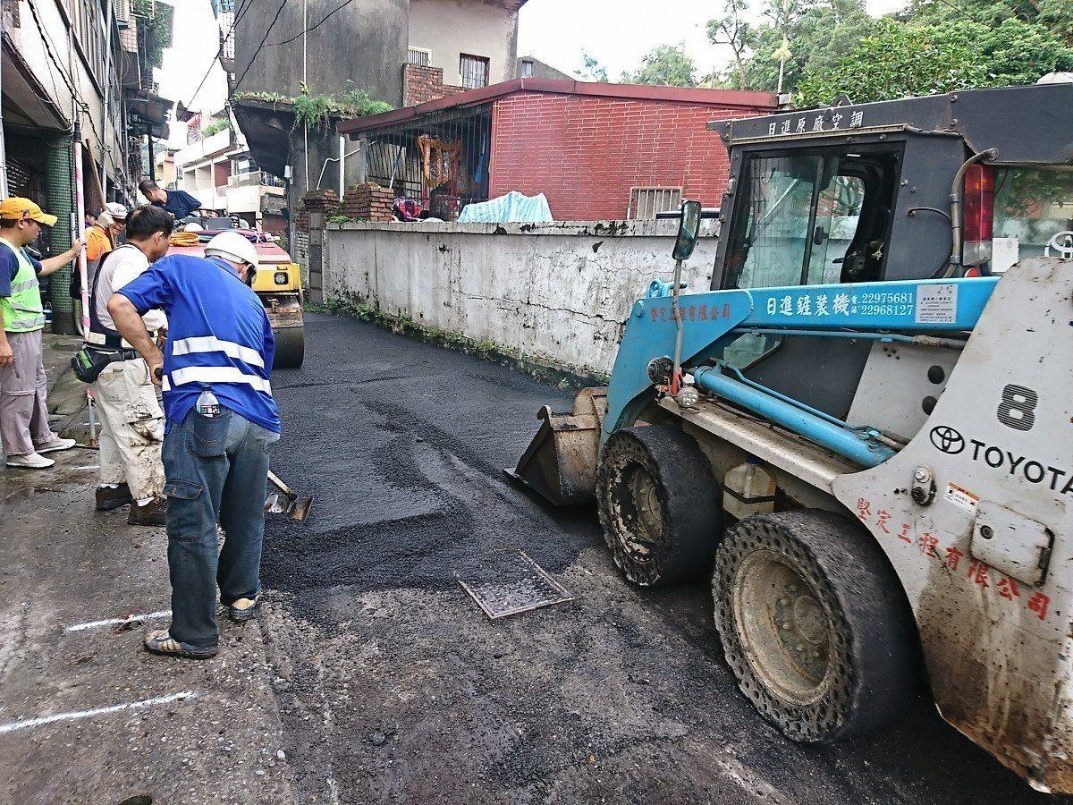 汐止區公所趁著這兩天雨停,開始抓緊時間進行道路重鋪工程,這階段共有16處的路平專...