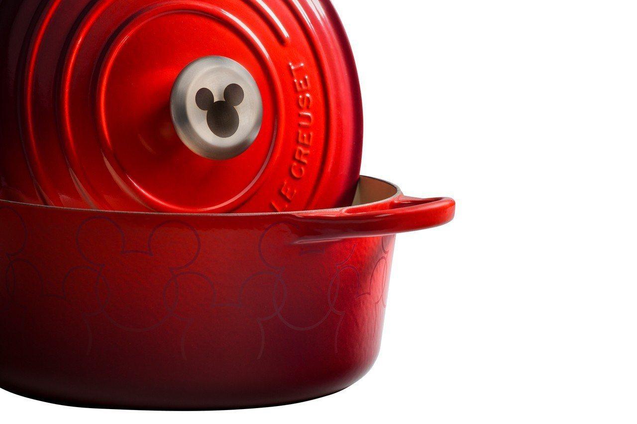 Mickey Mouse典藏圓鐵鍋24cm,鍋身佈滿米奇紋飾,不鏽鋼鍋蓋頭上還有...