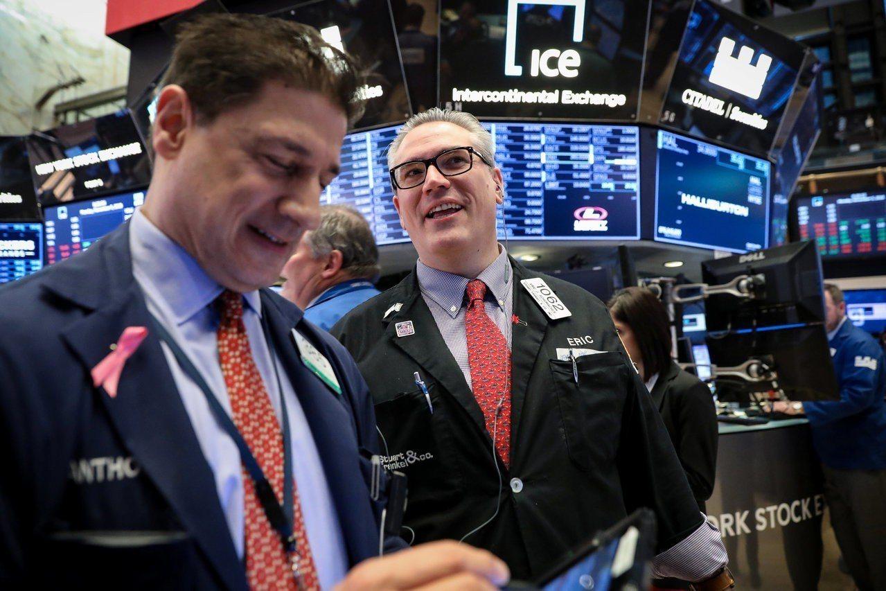 美股周一漲跌互見,蘋果股價跌至8月來低點。路透