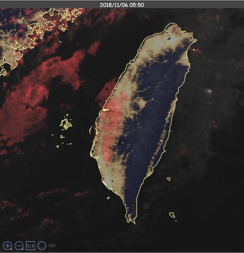 台灣西半部有代表液態水的人工紅色,顯示水氣重。圖/擷自鄭明典臉書