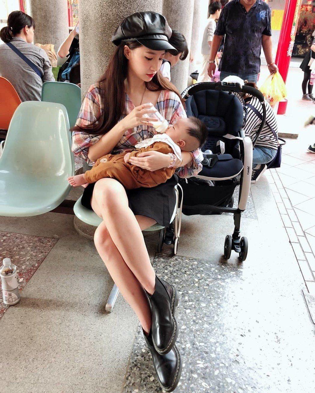 林采緹(左)近來常帶著兒子夏天出門。圖/摘自IG