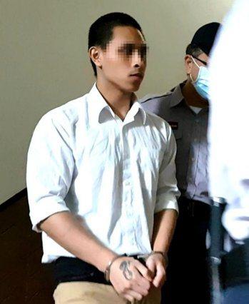 周姓男子前年持刀砍殺李姓老翁38刀致死,法院判賠1715萬元。本報資料照片