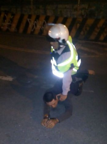 劉姓警員負傷壓制通緝中的李姓男子。記者林保光/翻攝