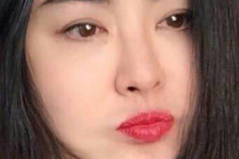 51歲王祖賢是許多影迷心目中的女神,她近年息影,最近在臉書秀出近照,只見她朱唇微啟,嘟嘴的模樣相當可愛,甜喊「我在啊!畫個眼線,塗個口紅!哈!阿彌陀佛。」依舊是相當可愛。在這些照片中,即使鏡頭相當近...