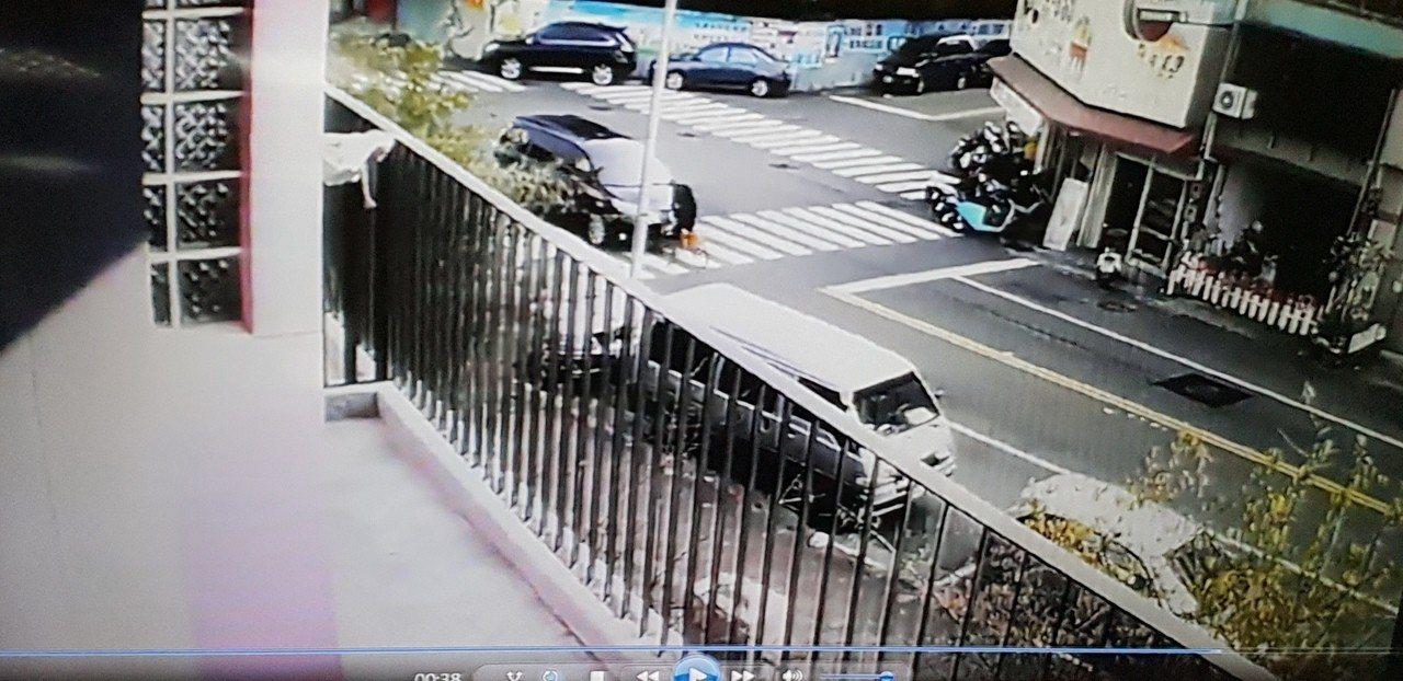 台中市長座車今天早上被幼兒園長騎腳踏車逆向撞。記者游振昇/翻攝