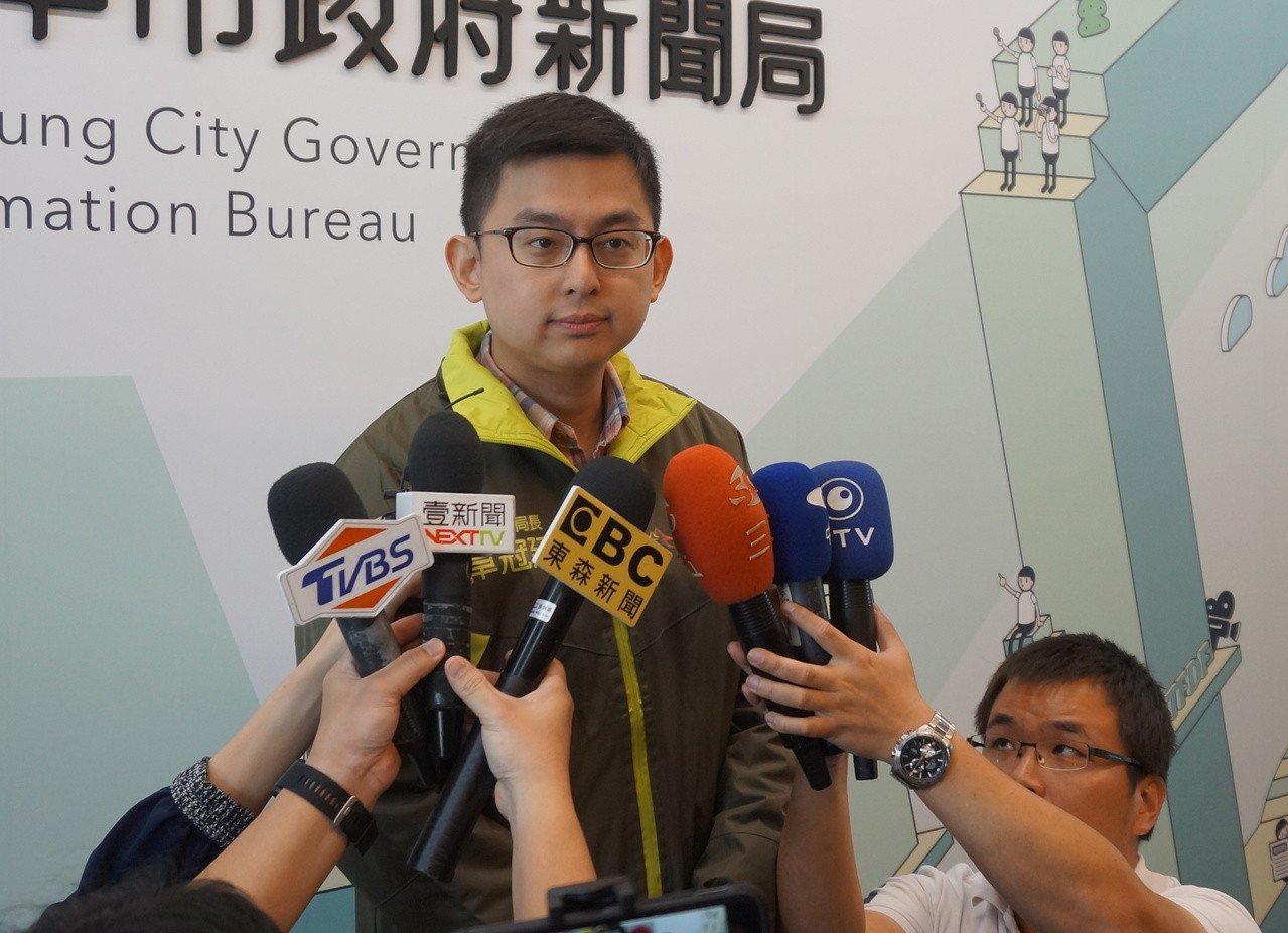 台中市新聞局長卓冠廷說,今早有自行車騎士逆向撞上台中市長林佳龍座車,司機提早發現...