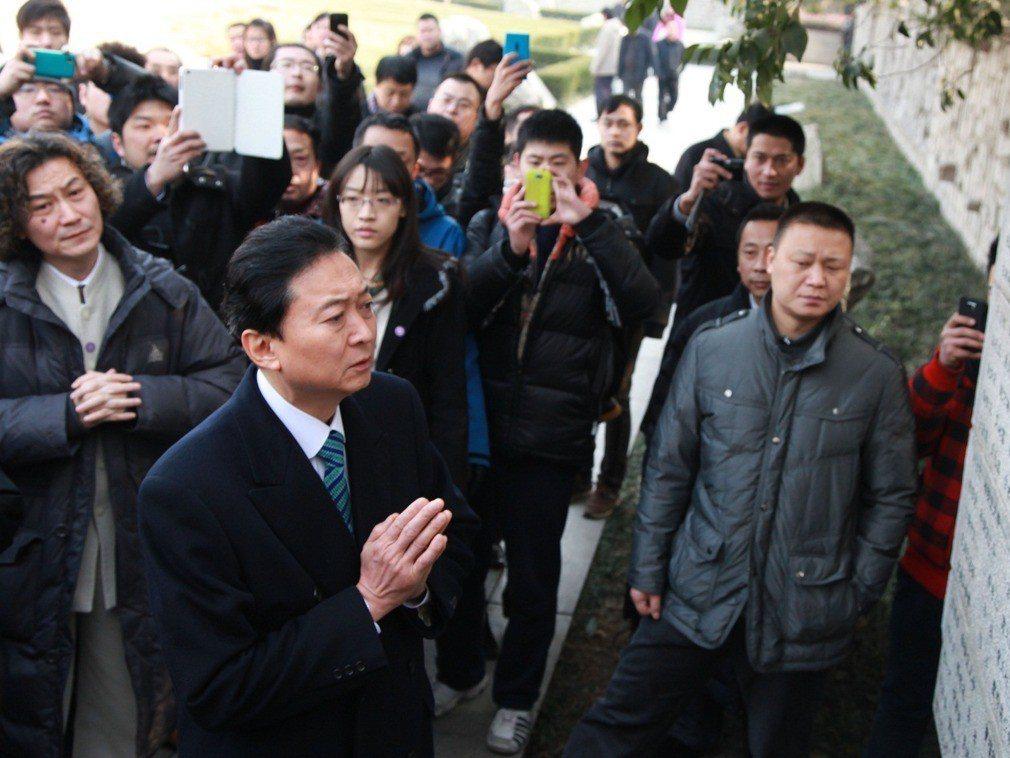 鳩山由紀夫(中)參觀南京大屠殺紀念牆。(多維)
