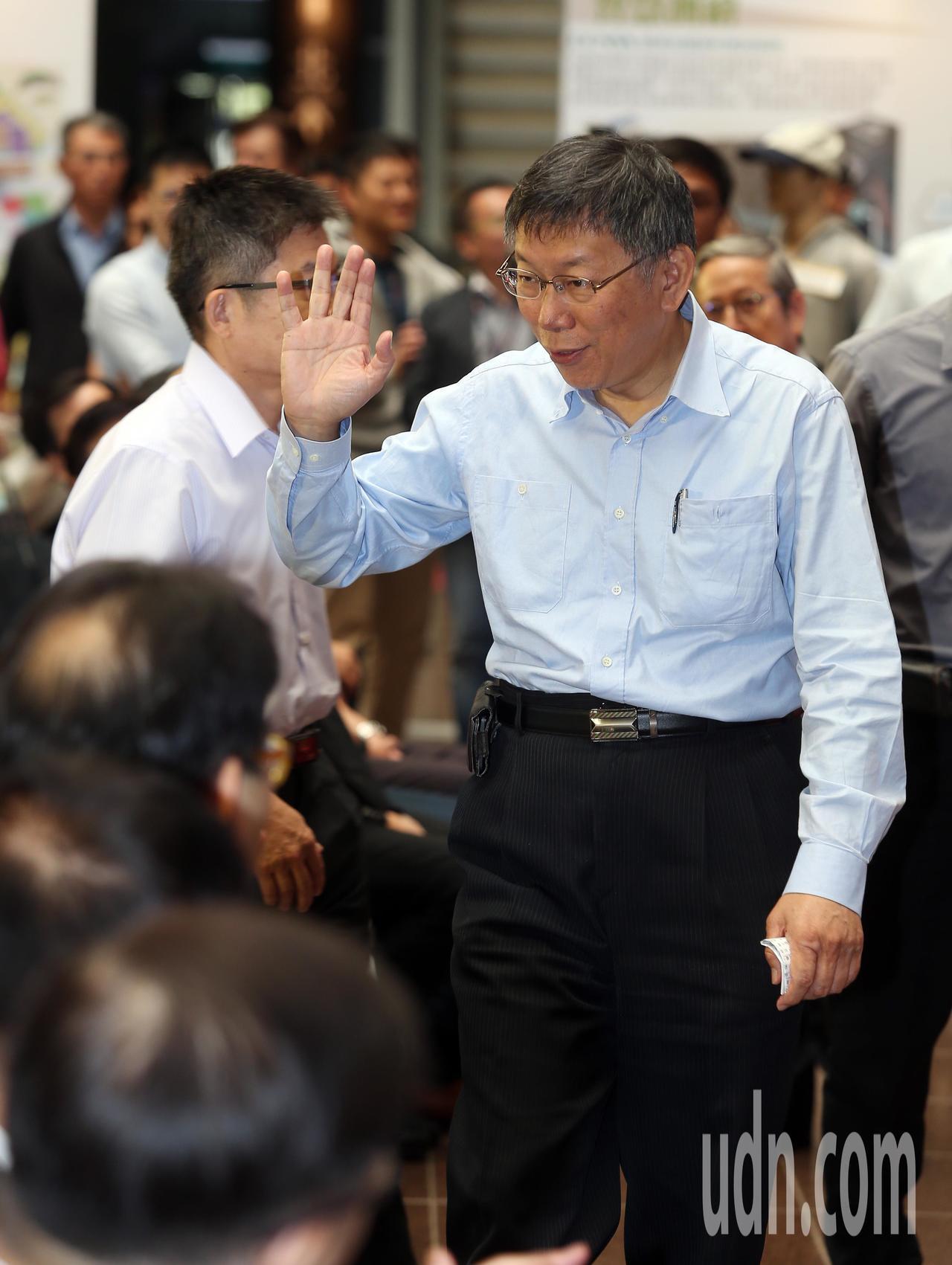 台北市長柯文哲(右)上午參加地政活動。記者曾吉松/攝影