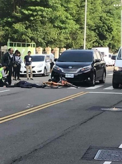 台中市長林佳龍今早8時許座車遭自行車騎士撞擊。圖/取自臉書