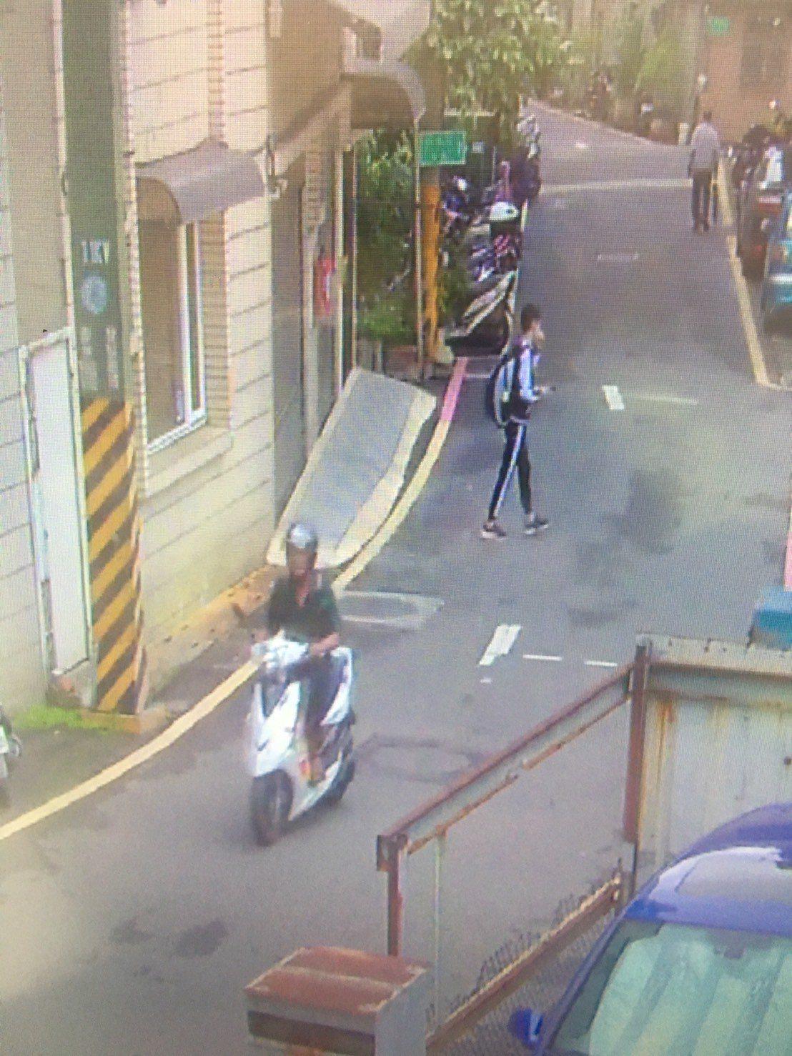 竊嫌騎乘偷來的機車,被監視器錄下。記者林昭彰/翻攝