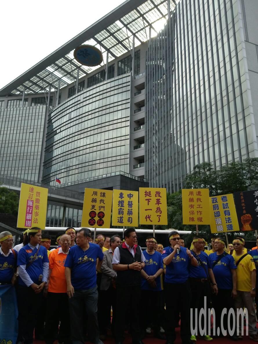 上千名中藥房工作者今日聚集衛福部前,抗議中醫藥司不培訓、不考試、不發照,讓全台中...