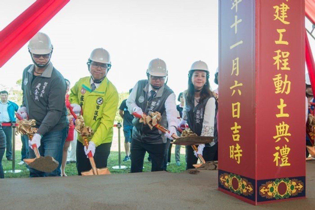 鄭文燦(右2)強調要打造多元設施的體適能中心,兼具練習和比賽雙重功能的優質場地。...