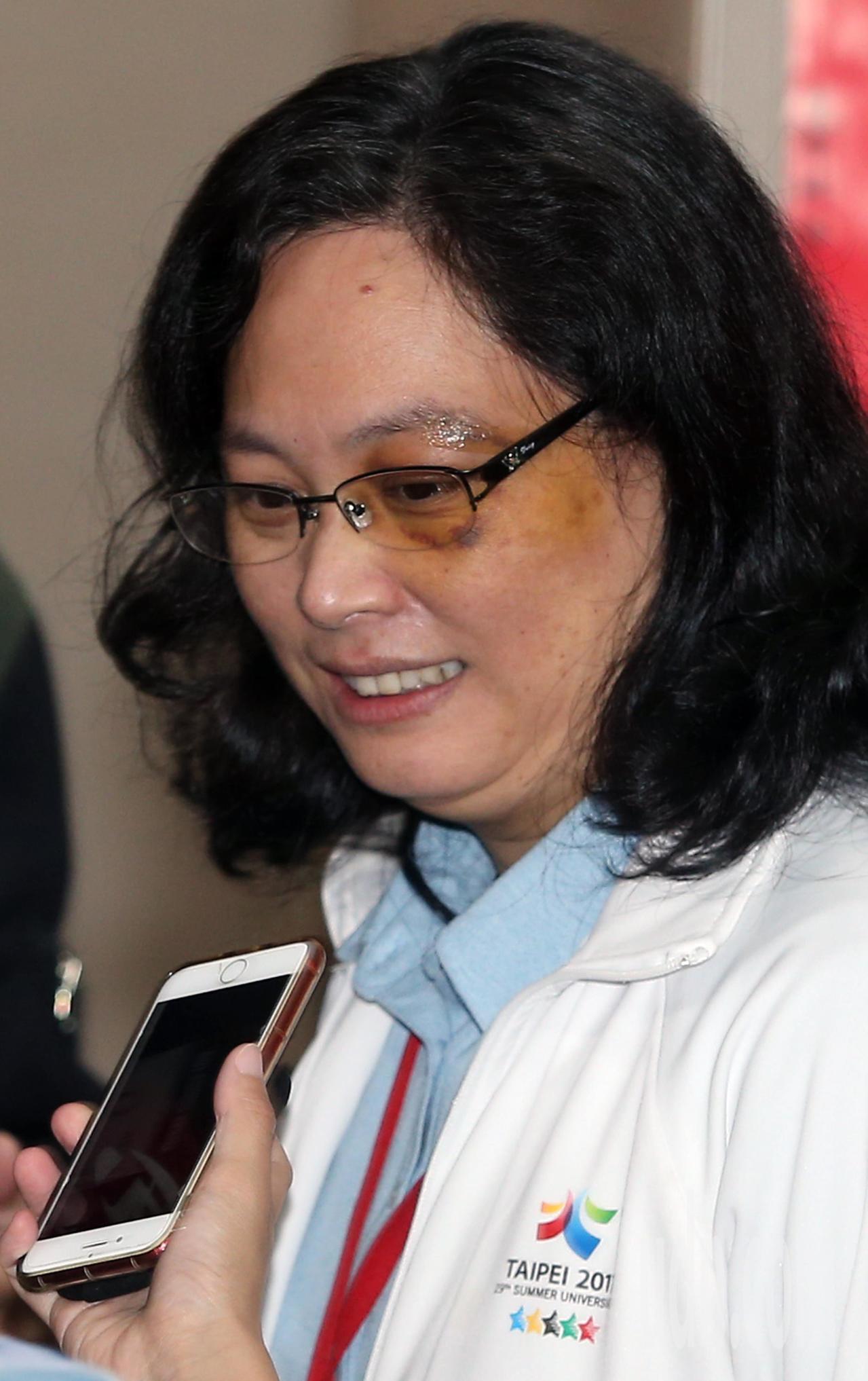 日前遇襲的台北市勞動局長賴香伶上午重返工作崗位,出席市政會議。賴香伶表示,身體復...