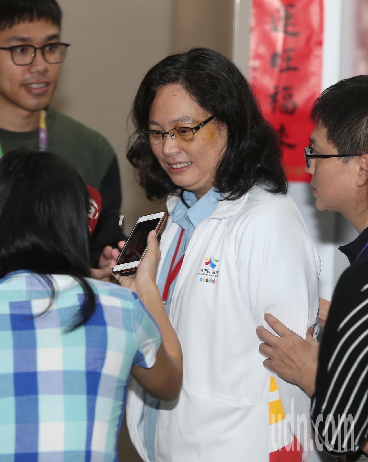 日前遇襲的台北市勞動局長賴香伶(中)上午重返工作崗位,出席市政會議。賴香伶表示,...