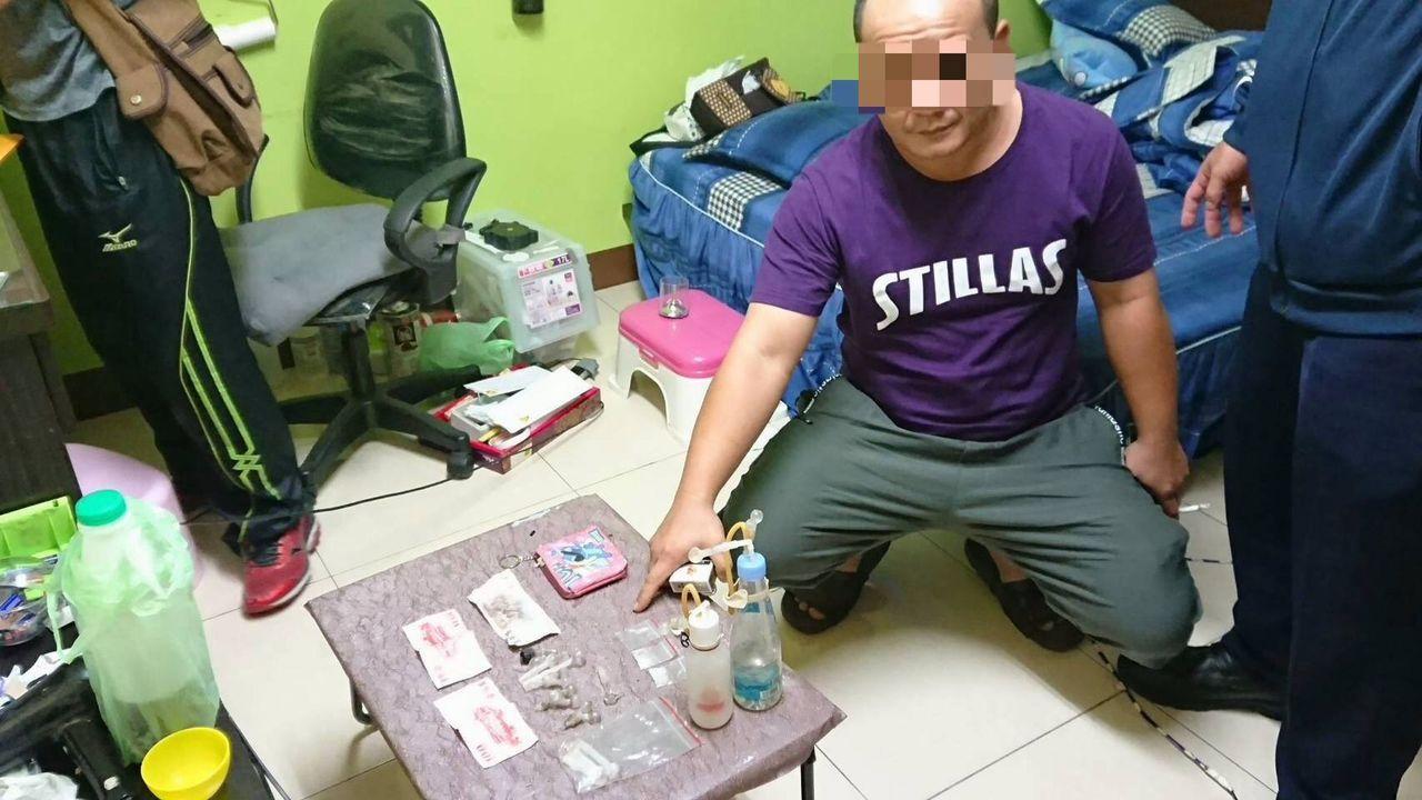 洪姓男子交出贓款及毒品後,暗槓一包在所坐位置的床巾內,最後仍被警方翻出。記者王昭...