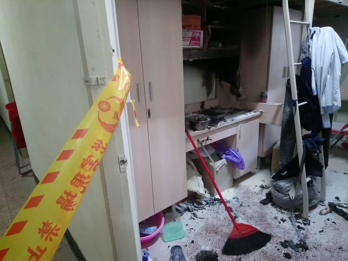 舍監與校安中心教官第一時間破門使用滅火器撲滅,並緊急疏散學生。記者郭政芬/翻攝