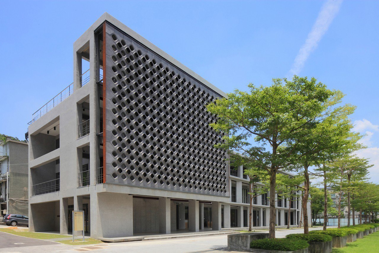 實踐大學民生學院教學大樓及學務大樓建築更新。圖/台灣建築獎提供