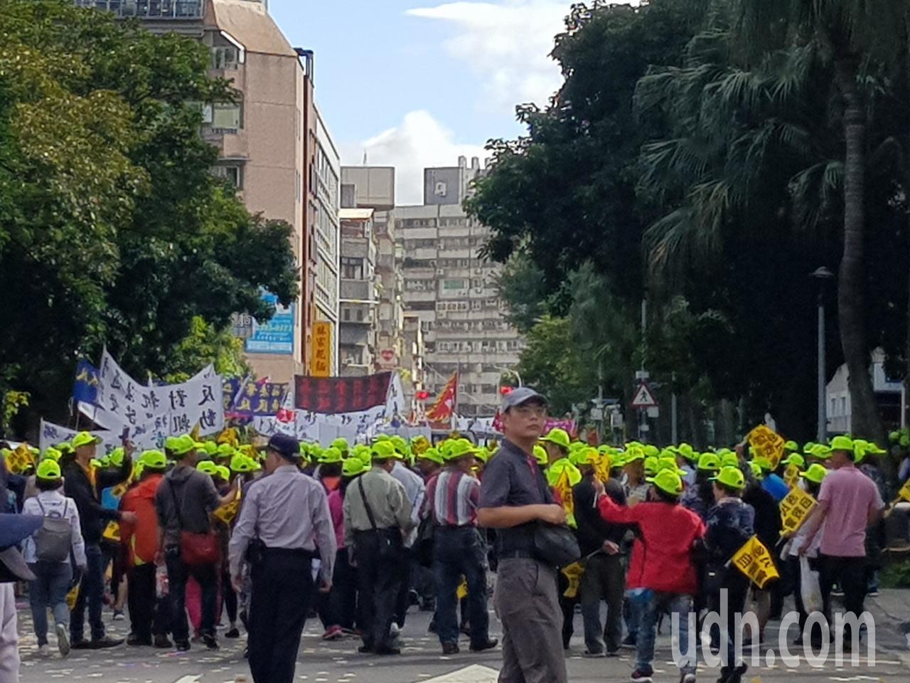 漁民今北上抗議,中午在農委會表達訴求、撒冥紙後,轉往立法院。記者彭宣雅/攝影