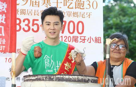 藝人李國毅宣誓擔任創世基金會愛心大使,並以烤地瓜店長幫助烤地瓜單親媽媽叫賣。