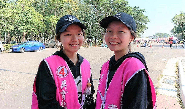 雙胞胎姊妹黃子清(右)、黃沛清陪吳育仁分送文宣,清純可愛模樣讓民眾印象深刻。記者...